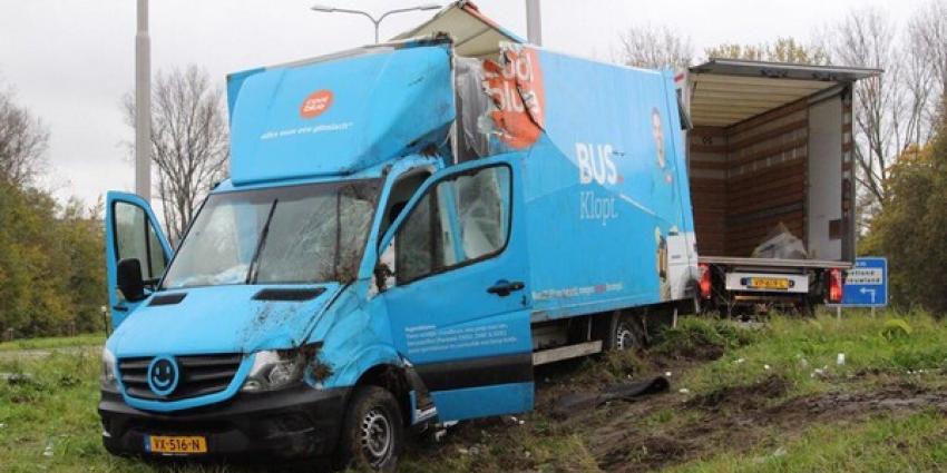 Vrachtwagen over de kop afrit A4
