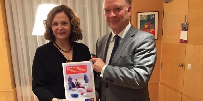 KWF overhandigt minister Schippers rapport voor verbetering van toegang tot geneesmiddelen
