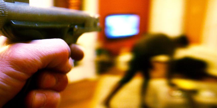 Gemaskerde mannen overvallen nietsvermoedende tv-kijker