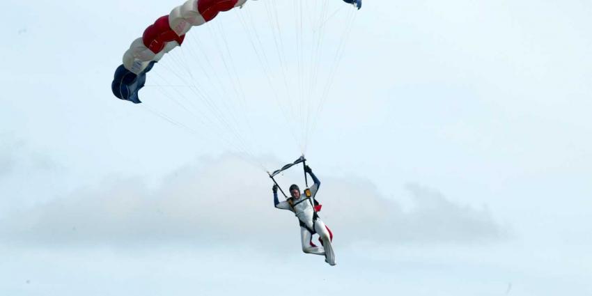 foto van Parachutist gewond bij landing | Archief fbf