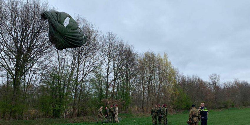 Parachutist uit Noorwegen landt in Drentse boom