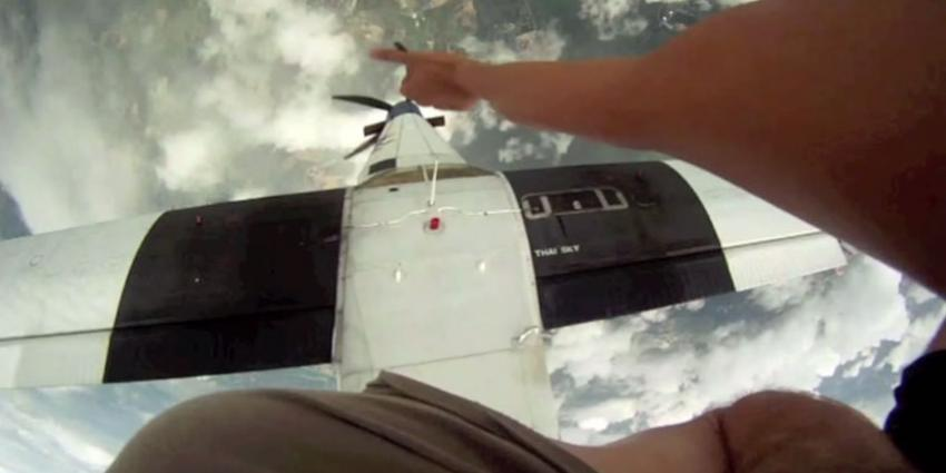 Bijna botsing tussen skydivers en vliegtuig