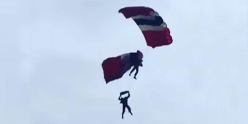 Parachutist stuntteam Red Devils redt college in de lucht