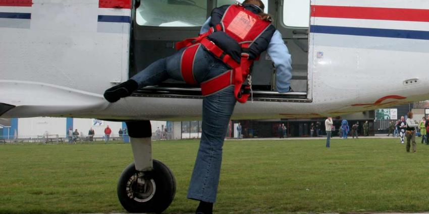 Parachutist zwaargewond na sprong