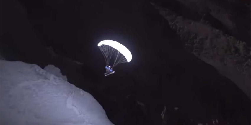 Spectaculaire nachtelijke afdaling verlichte paraglider van Mont Blanc