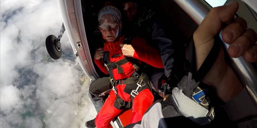 80-jarige dame maakt parachutesprong met commando's