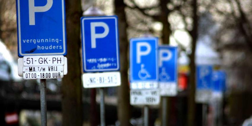 Aanhoudingen waaronder ambtenaren in fraudeonderzoek invalidenparkeerkaarten