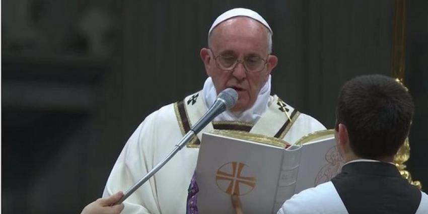 Paus pleit in nachtmis voor meer soberheid