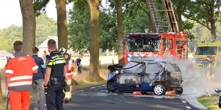 auto, botsen, boom, uitbranden, ziekenhuis