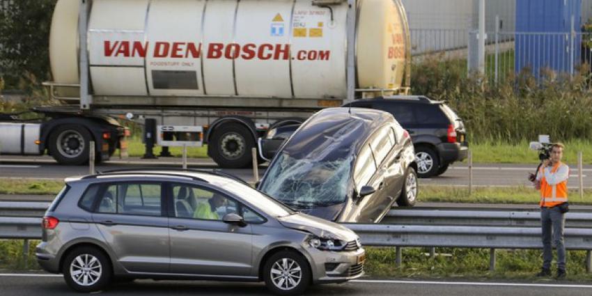 Over de kop en achterstevoren op vangrail bij ongeval