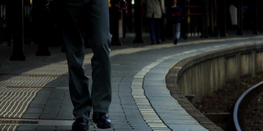Man (26) valt tussen perron en net wegrijdende trein in Olst
