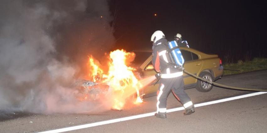 Personenauto vliegt op A37 spontaan in brand