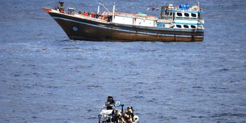 Foto van mariniers in actie tegen piraten op zee   Min. Defensie