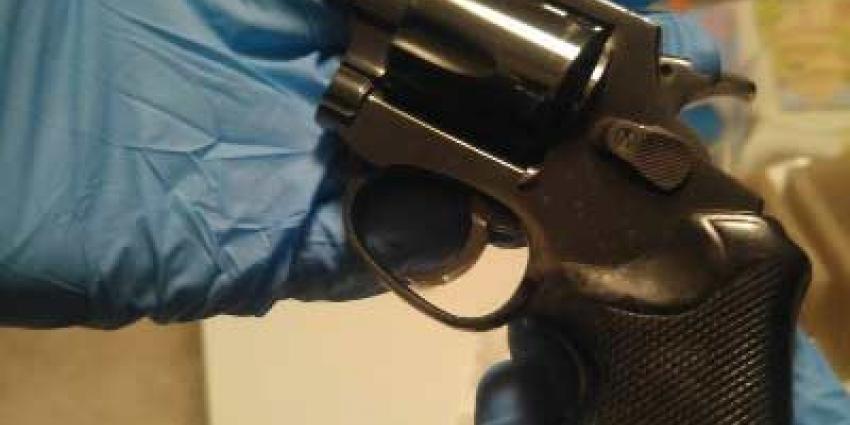 Zeven aanhoudingen na vondst drugs én geladen revolver