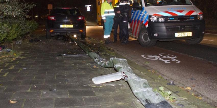 Auto zwaar beschadigd na frontale botsing met lantaarnpaal