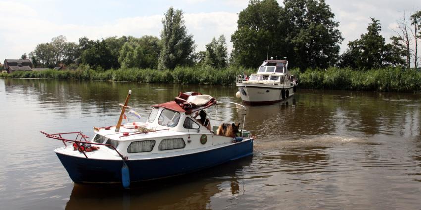 Milieu-inspecteurs waterschap Fryslân gaan op zoek naar verboden bootverf