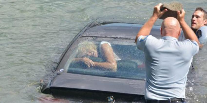 Politie redt vrouw uit zinkende auto