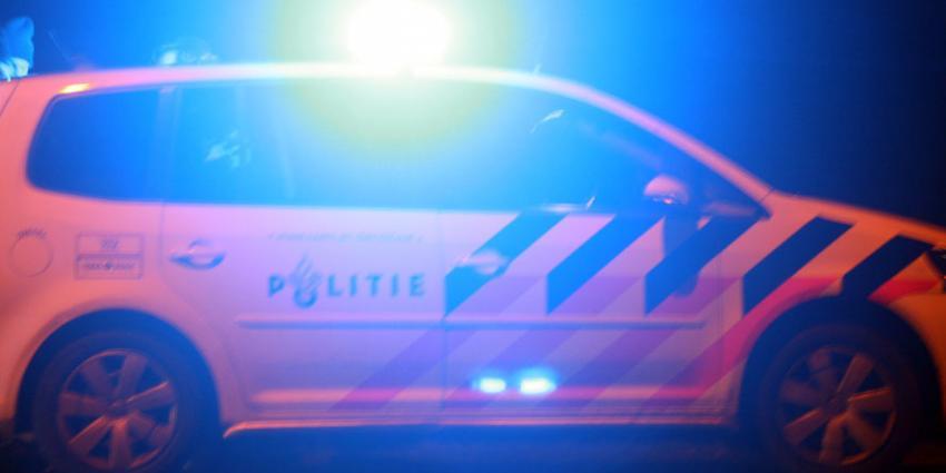 Auto rijdt in op beveiligingsmedewerker, vrouw wordt mishandeld