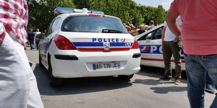 Auto rijdt Franse pizzeria binnen