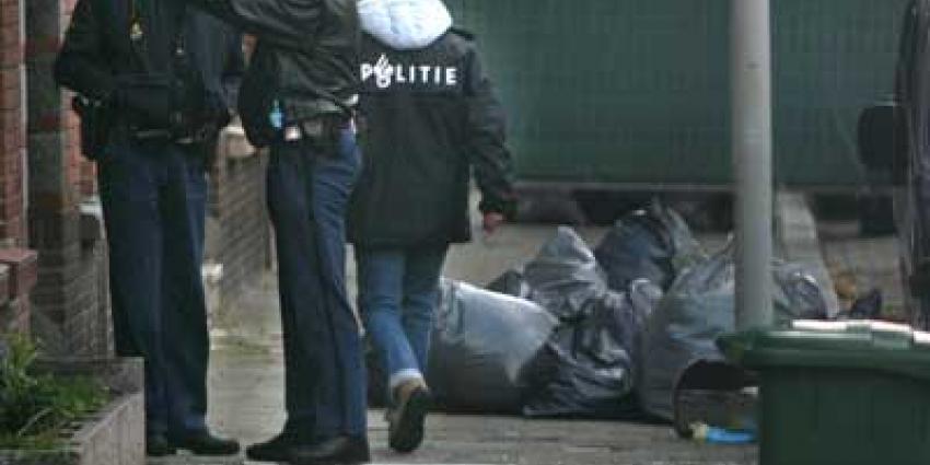 Foto van politie agenten bij woning | Archief EHF