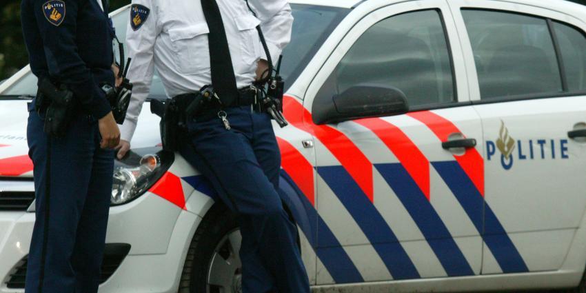 Verdachte huiselijk geweld rijdt in vluchtpoging in op agent