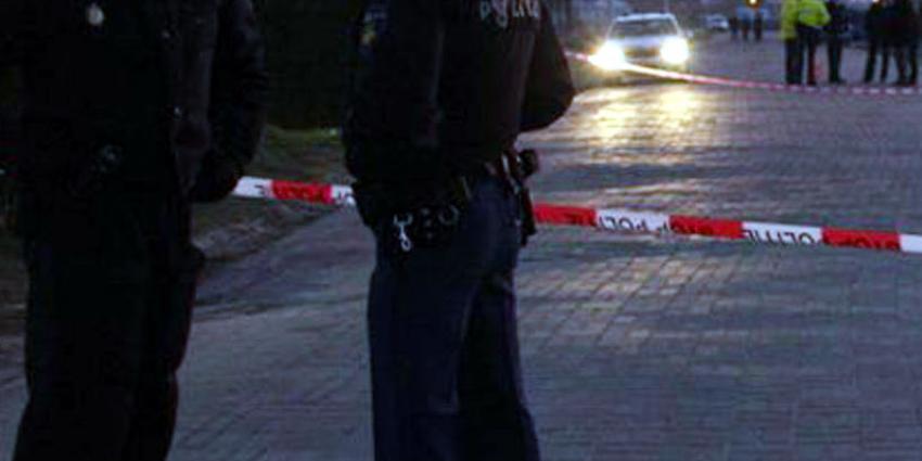 Agenten schieten gewapende man in been