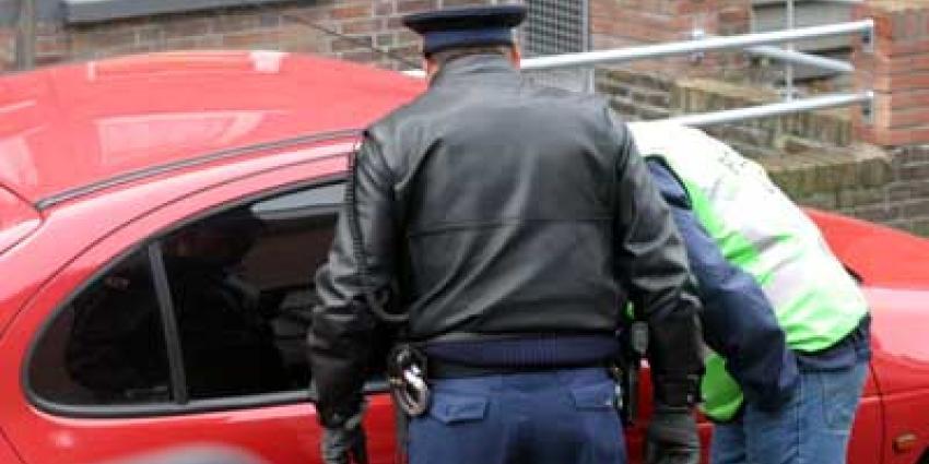 Man in auto verschuilt zich vanwege enkele tienduizenden euro's voor politie
