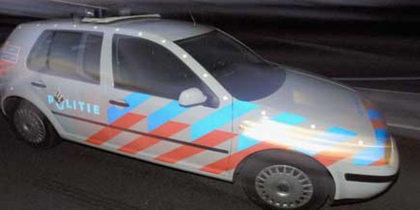 Dronken arrestant gaat er in politieauto vandoor