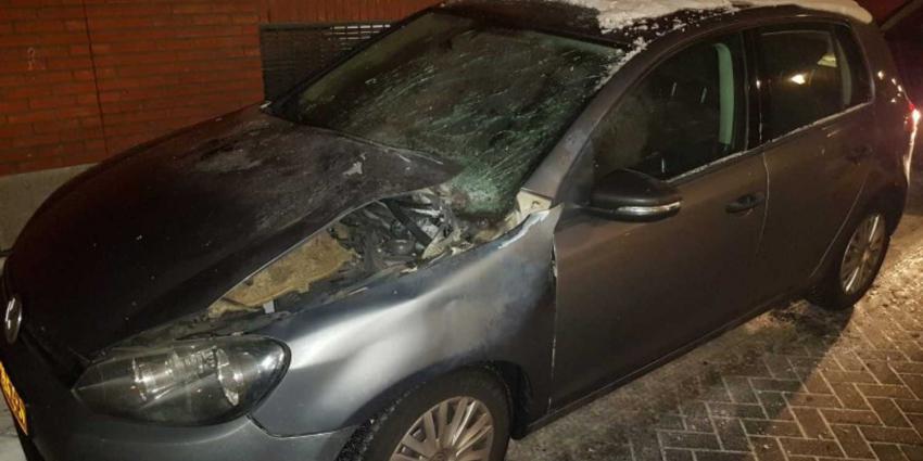 Politieauto zwaar beschadigd met vuurwerk tijdens drugsinval woning Helmond