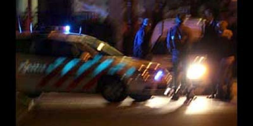 Grote groep mannen schopt en slaat agenten in Veenedaal