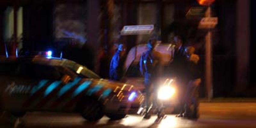 Foto van politieauto en verdachten in donker | Archief EHF