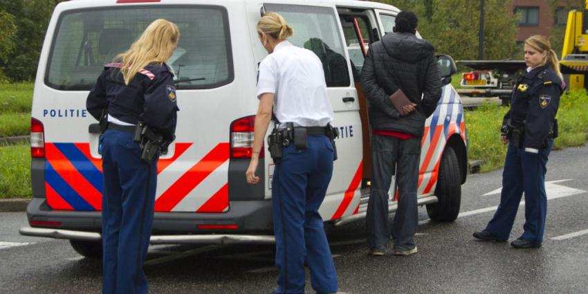 Bus botst op politiebus die aanrijding opneemt