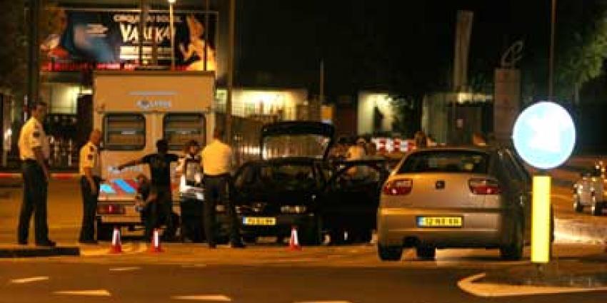 Automatisch vuurwapen en brandbare vloeistof aangetroffen in gestolen auto