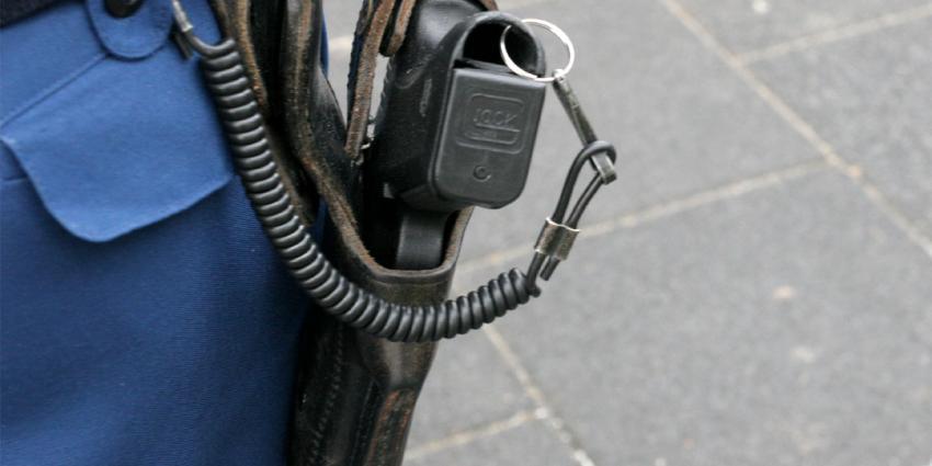 Agent schiet asielzoeker in been