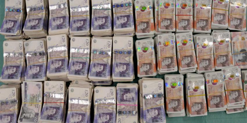 Geldhonden vinden ruim 200.000 verstopte Britse ponden in vrachtwagen