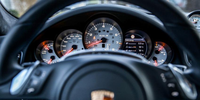 Drie Porsches en tienduizenden euro's in beslag genomen
