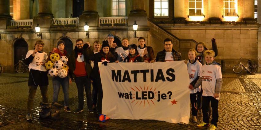 Actie van jongeren voor verlichting voetbalveld Beijum