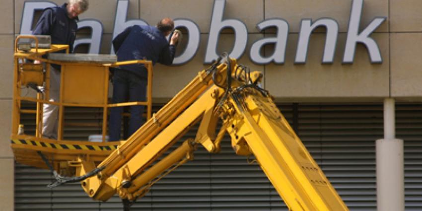 Verwarde man (43) richt ravage aan in bankgebouw