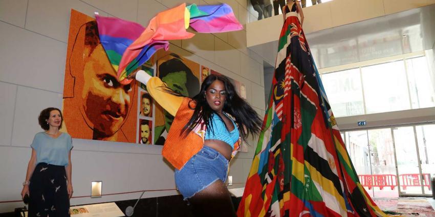 Rainbowdress van 16 meter opgenomen in collectie Amsterdam Museum