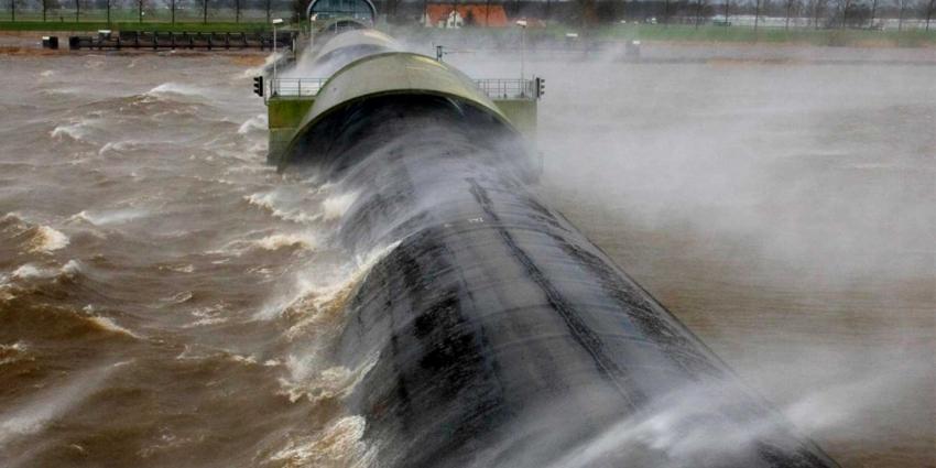 Waterkeringen dicht vanwege hoogwater door zware storm