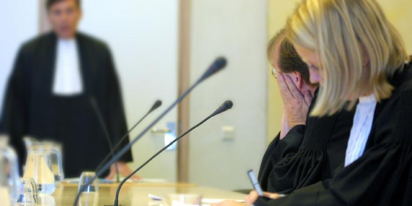 Foto van rechter en officier in rechtbank | Archief EHF