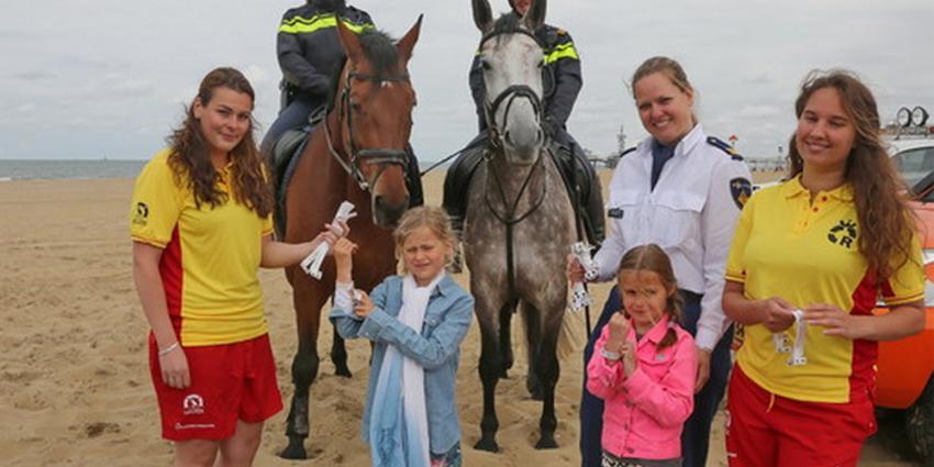 Actie met uitdelen 06-polsbandjes voor kinderen op strand van start gegaan