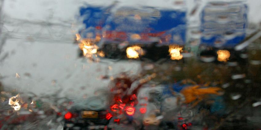 Verkeer ondervindt hinder van wateroverlast op snelwegen