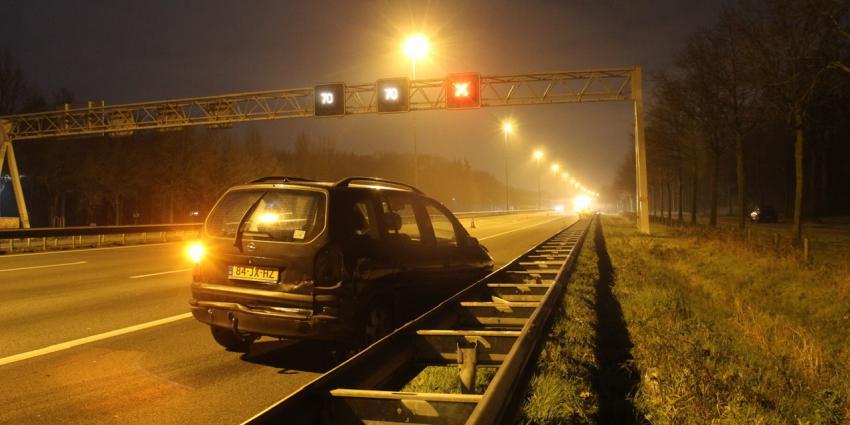 beschadigde auto op snelweg