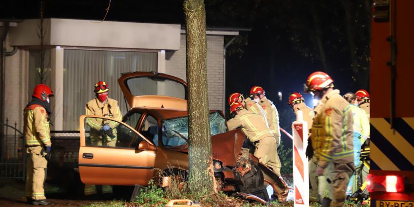 brandweer bevrijdt slachtoffer uit auto