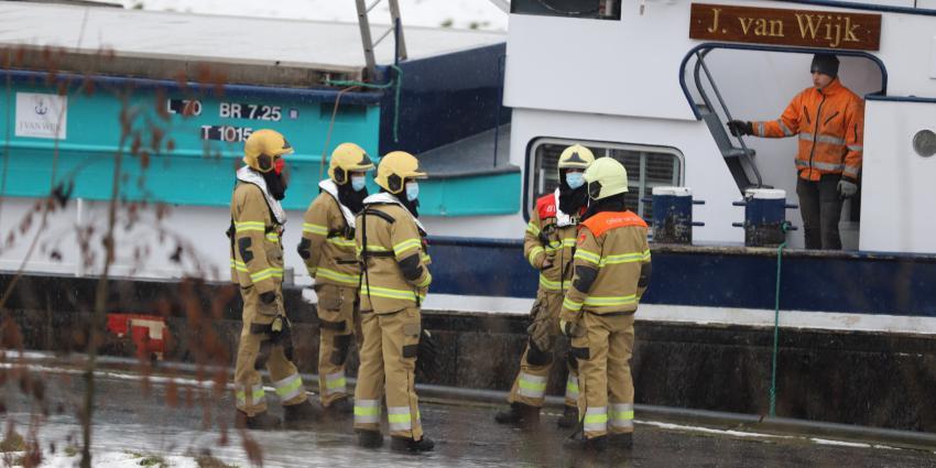 Brandweer in overleg bij schip