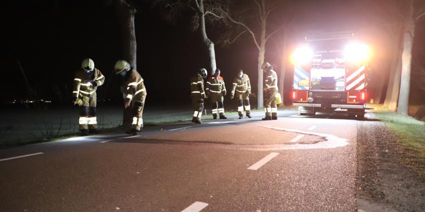 Brandweer bekijkt wegdek
