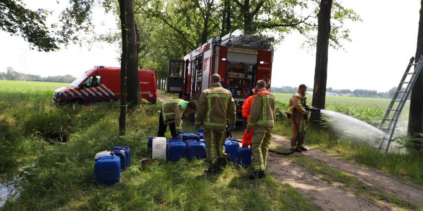 Brandweer haalt vaten uit de sloot