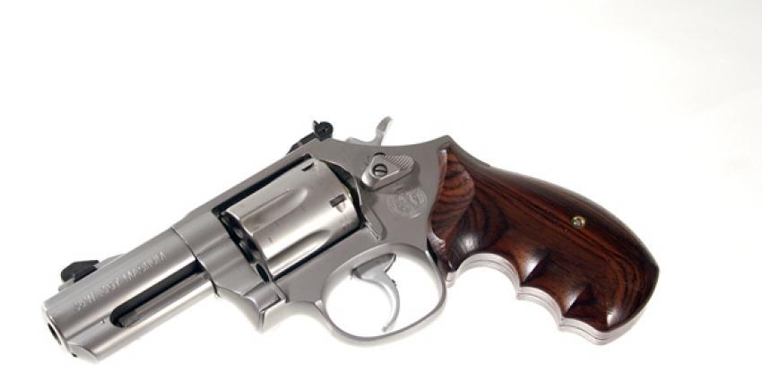 Revolver gevonden bij inval woning