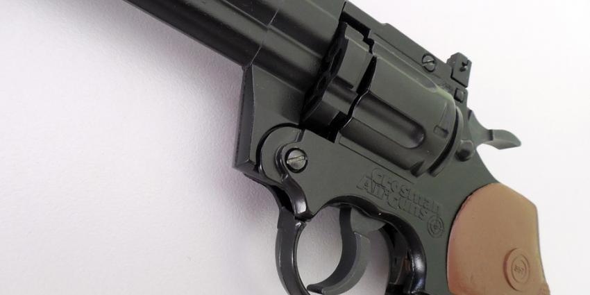 Vrouw 12 jaar de cel in voor moord op man met revolver